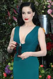 Dita Von Teese sorprende tutti con la sua fragranza per donne, a Londra la presentazione