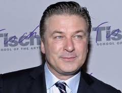Alec Baldwin aggredisce brutalmente paparazzi sferrando un pugno al volto a uno di essi